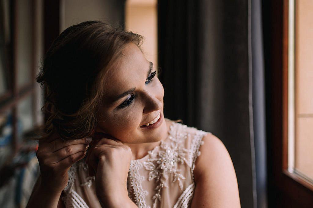 Ubieranie sukni ślubnej, wiązanie sukni